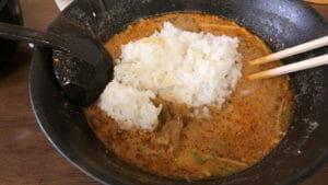 胡麻たっぷりの担々麺スープにライスを投入