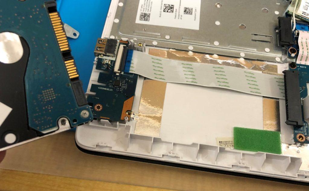 HDD取外し完了。SSD換装していきます。