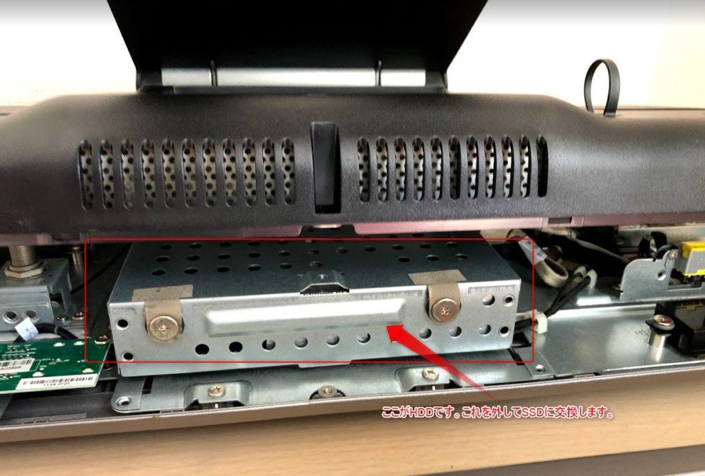 HDDが見えました。裏フタを完全に外す前に配線が接続されていないか確認します。