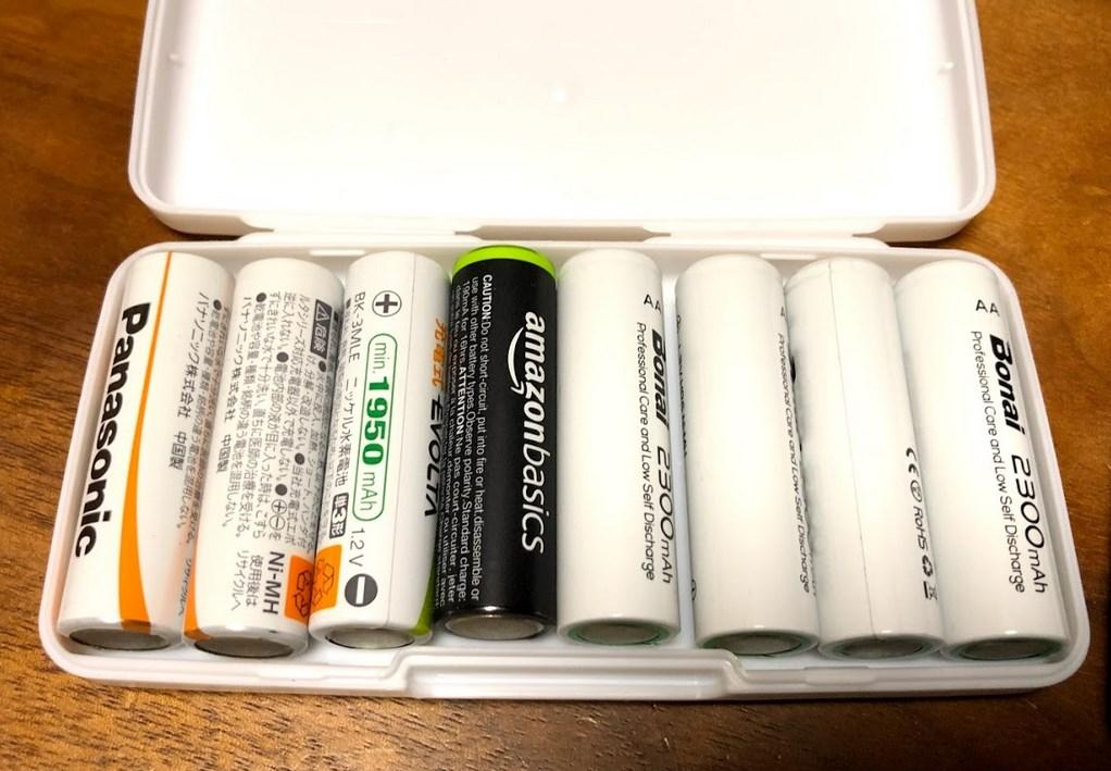 100均のSDカードケースには単三電池が8本ぴったりと収まります。