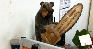 STIHLのチェーンソーを持った木彫りの熊