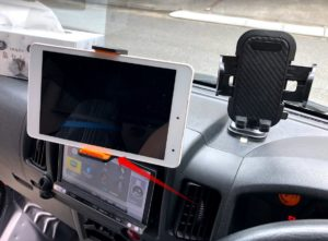 吸盤式車載ホルダーをダッシュボードに取り付け2